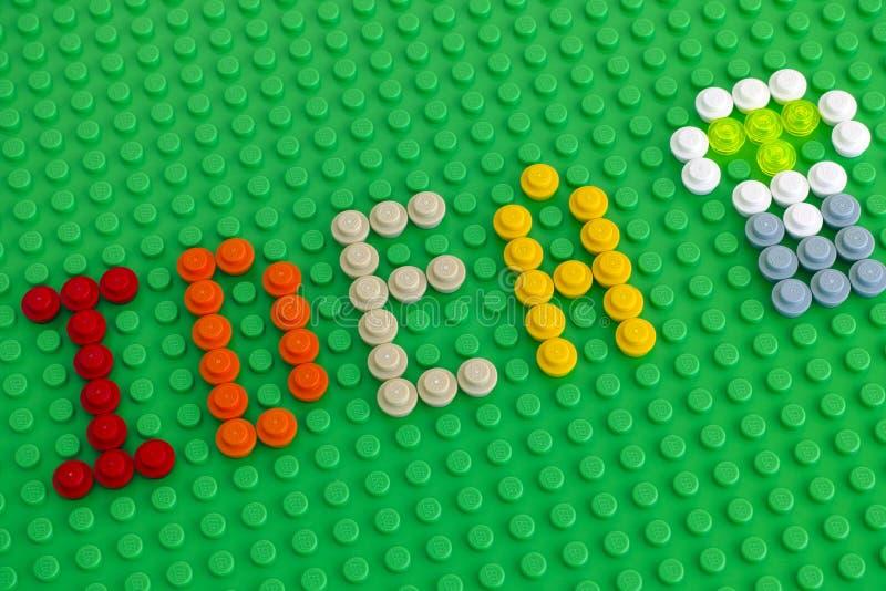 Word het Idee en de gloeilamp beschrijven van Lego Round Bricks op gre royalty-vrije stock foto's