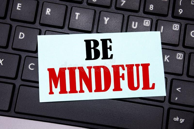 Word, het schrijven Bedachtzaam is Bedrijfsconcept voor de Gezonde die Geest van Mindfulness op kleverig notadocument wordt gesch stock fotografie