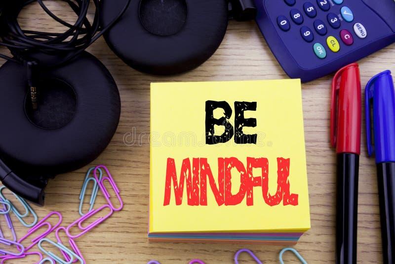 Word, het schrijven Bedachtzaam is Bedrijfsconcept voor de Gezonde Geest van Mindfulness die op kleverig notadocument wordt gesch stock foto's