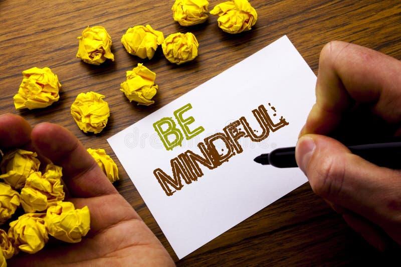 Word, het schrijven Bedachtzaam is Concept voor de Gezonde Geest van Mindfulness die op het document van de notitieboekjenota op  stock foto's