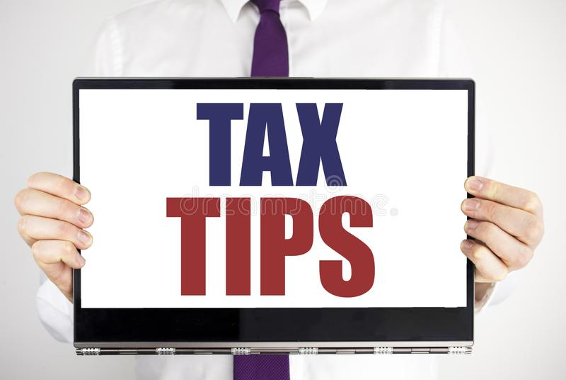 Word, het schrijven Belastingsuiteinden Het bedrijfsdieconcept voor de Belastingen van Uiteindeforn op tabletlaptop holding door  stock afbeeldingen