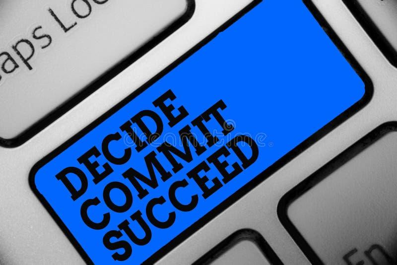Word het schrijven de tekst beslist slagen bega Het bedrijfsconcept voor het bereiken van doel komt in drie stappenbereik uw drom stock foto