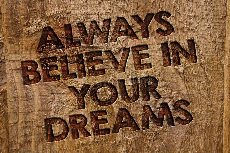 Word het schrijven de tekst gelooft altijd in Uw Dromen Bedrijfsconcept voor vertrouwensgeloof die in zich hout i geloven van de  stock foto