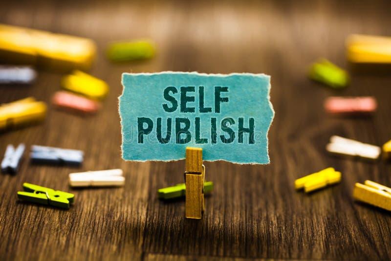 Word het schrijven de tekst Zelf publiceert Bedrijfsconcept voor het Gepubliceerde werk onafhankelijk en bij eigen holdi van de A stock afbeelding