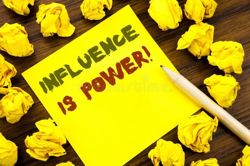 Word, het schrijven Invloed is Macht Bedrijfsdieconcept voor Overtuigingsstrategie op kleverig notadocument wordt geschreven, hou stock foto