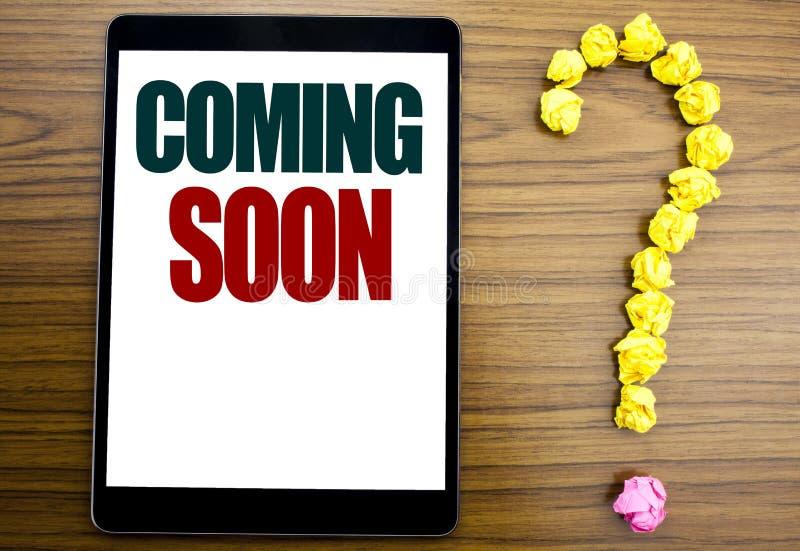 Word, het schrijven spoedig Komst Bedrijfsconcept voor in aanbouw Geschreven op tablet, houten achtergrond met vraagteken op stock afbeelding