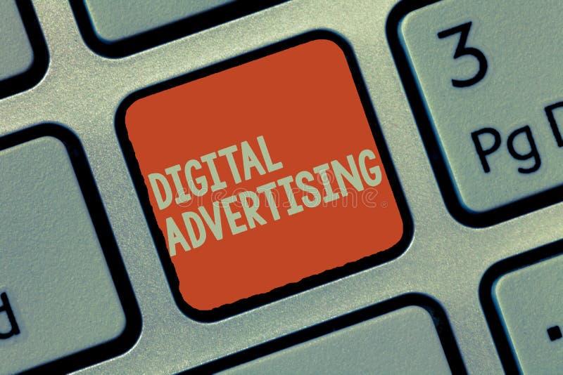 Word het schrijven tekst Digitale Reclame Het bedrijfsconcept voor online Marketing levert Promotieberichtencampagne royalty-vrije stock afbeelding