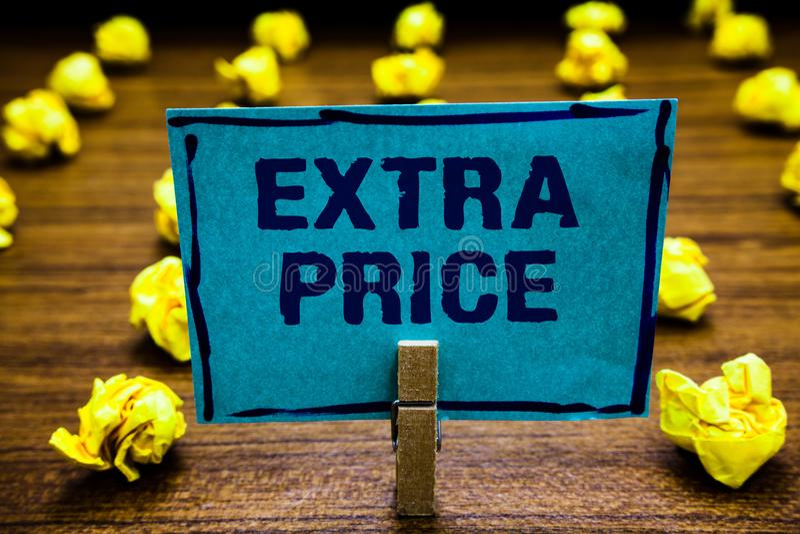 Word het schrijven tekst Extra Prijs Bedrijfsconcept voor extra prijsdefinitie voorbij gewone grote de holdingsblu van de graadwa stock foto