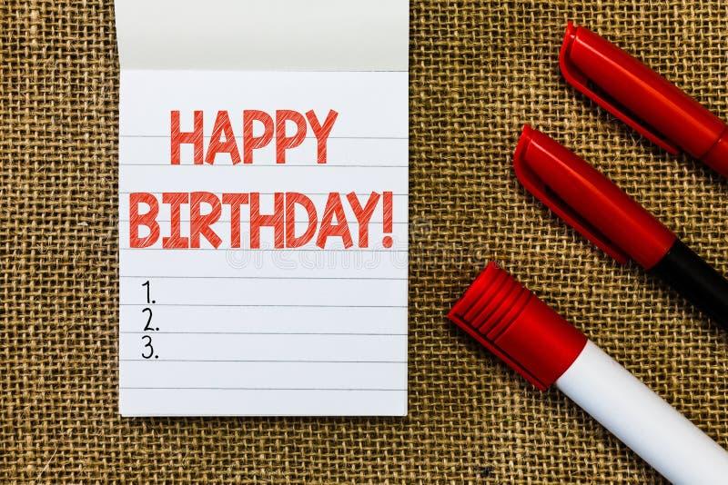 Word het schrijven tekst Gelukkige Verjaardag Het bedrijfsconcept voor de geboorteverjaardag van wordt een persoon gevierd met vo stock afbeeldingen