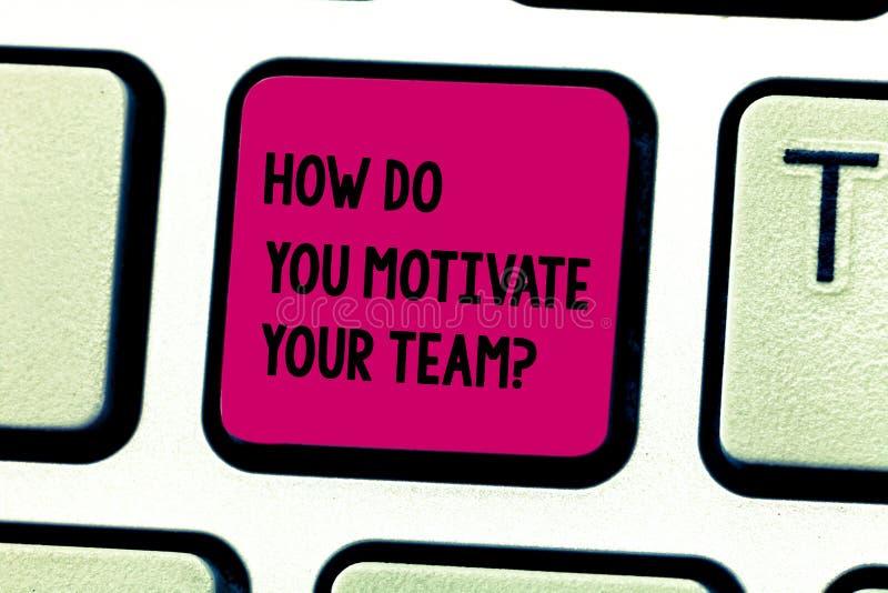 Word het schrijven tekst hoe u Uw Teamquestion motiveert Bedrijfsconcept voor Strategieën om motivatietoetsenbord te handhaven stock foto