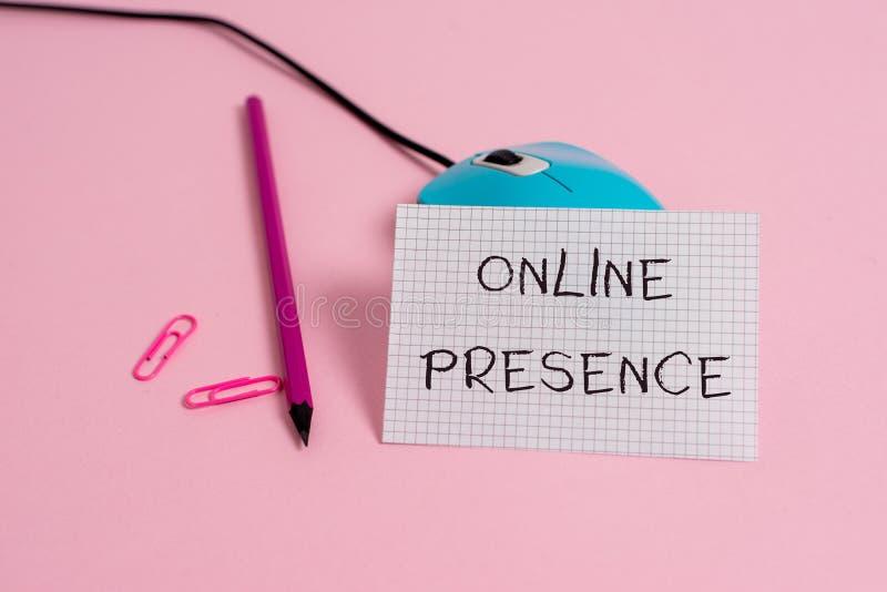 Word het schrijven tekst Online Aanwezigheid Bedrijfsconcept voor bestaan van iemand wie via een online onderzoeksdraad kan worde royalty-vrije stock foto's