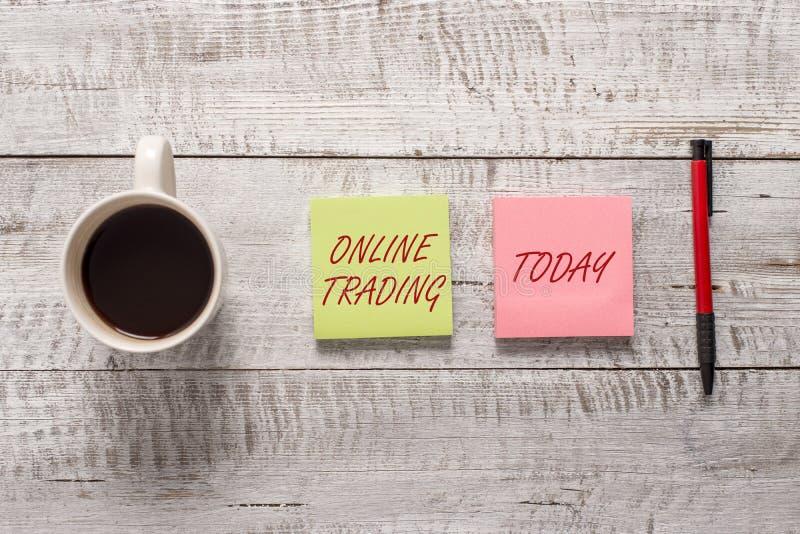 Word het schrijven tekst Online Handel Bedrijfsconcept voor het Kopen van en het verkopen van activa via een platform van makelar stock afbeelding