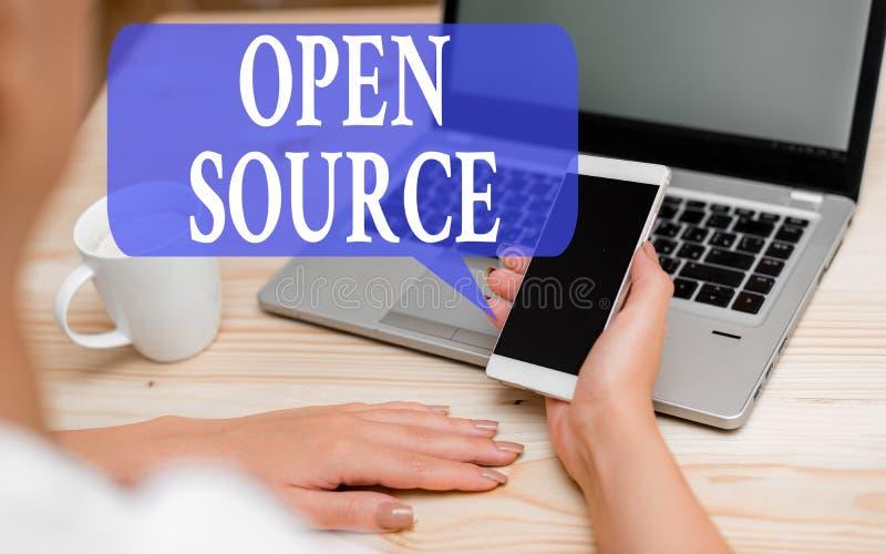 Word het schrijven tekst Open Bron Bedrijfsconcept voor het aanduiden van software die de oorspronkelijke broncode vrij beschikba royalty-vrije stock foto