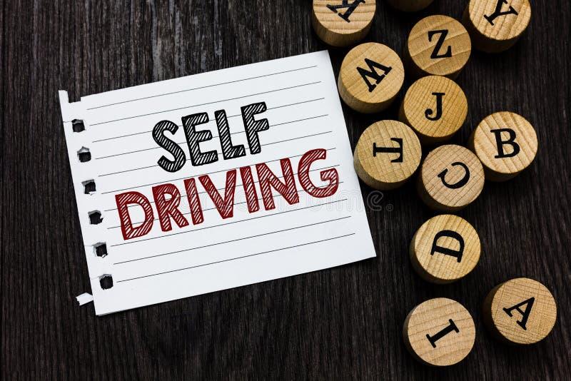 Word het schrijven tekst het Zelf Drijven Bedrijfsconcept voor Autonome voertuigcapaciteit om zonder menselijke het notitieboekje royalty-vrije stock afbeeldingen