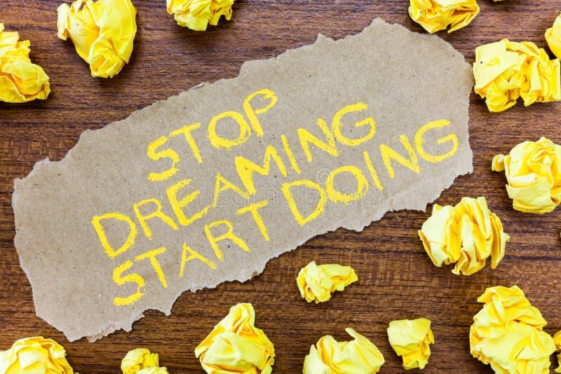 Word het schrijven teksteinde het Dromen Begin het Doen Het bedrijfsconcept voor zette uw dromen in actie materialiseert het stock fotografie
