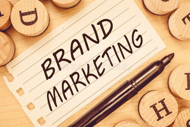 Word het schrijven tekstmerk Marketing Bedrijfsconcept voor het Creëren van voorlichting over producten rond de wereld stock foto