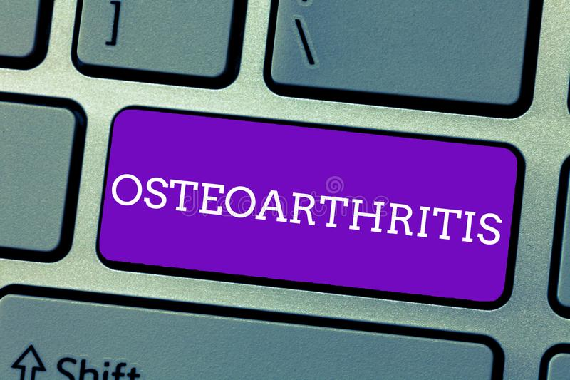Word het schrijven tekstosteoartritis Bedrijfsconcept voor Degeneratie van gezamenlijk kraakbeen en het onderliggende been stock foto