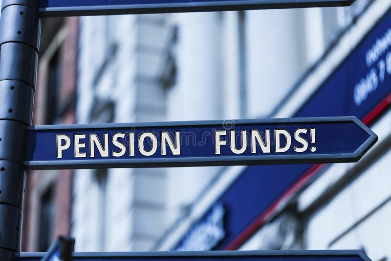 Word het schrijven tekstpensioenfondsen Bedrijfsconcept voor investeringspools die voor de verplichtingen van de werknemerspensio stock afbeeldingen