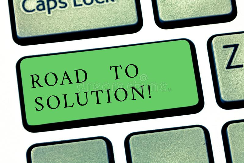 Word het schrijven tekstweg aan Oplossing Het bedrijfsconcept voor weg u gaat probleem of moeilijke situatietoetsenbord oplossen stock fotografie