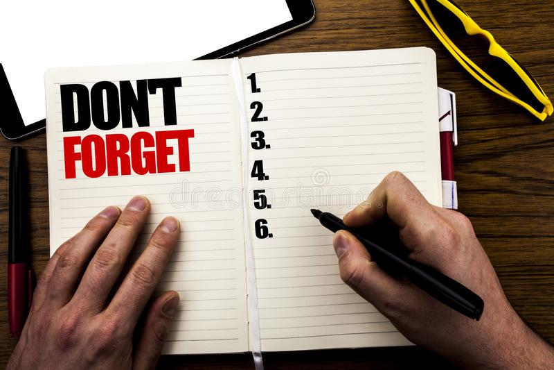 Word, het schrijven vergeet niet Bedrijfsdieconcept voor Don t geheugen Remider op boek, houten achtergrond met zakenmanhand word royalty-vrije stock foto's
