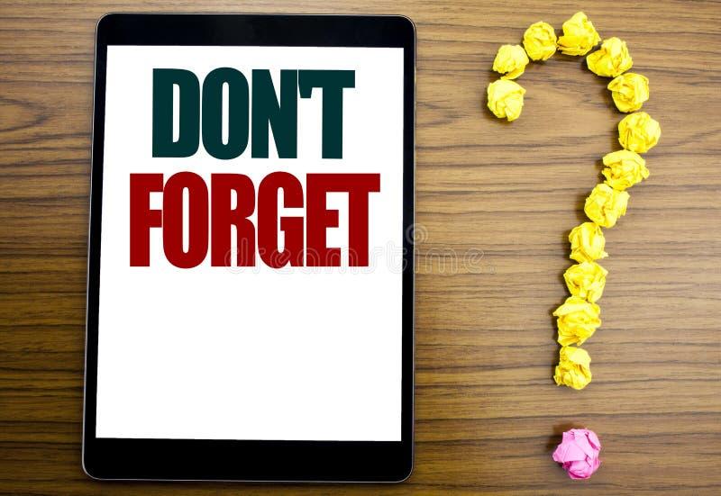 Word, het schrijven vergeet niet Bedrijfsdieconcept voor Don t geheugen Remider op tablet, houten achtergrond met vraagteken word stock foto