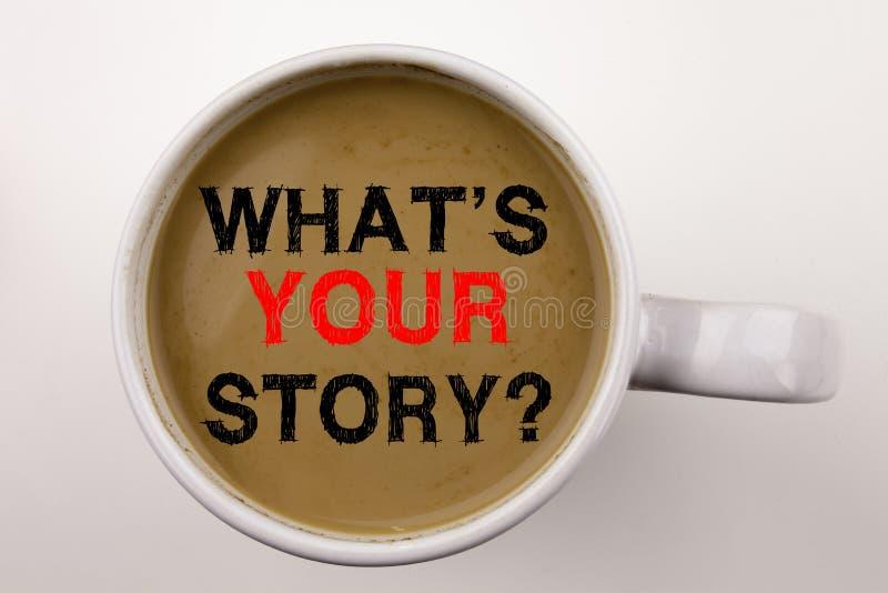 Word, het schrijven Vraag wat Uw Verhaaltekst in koffie in kop Bedrijfsconcept voor de Ervaring van Aandeelstorytelling op witte  stock afbeelding