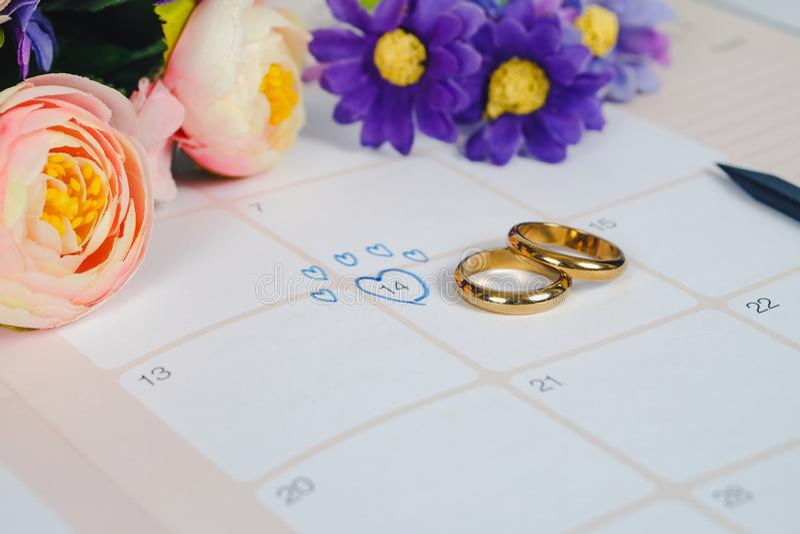 Word Huwelijk aan de dag van het Herinneringshuwelijk met Trouwring op kalender royalty-vrije stock afbeeldingen