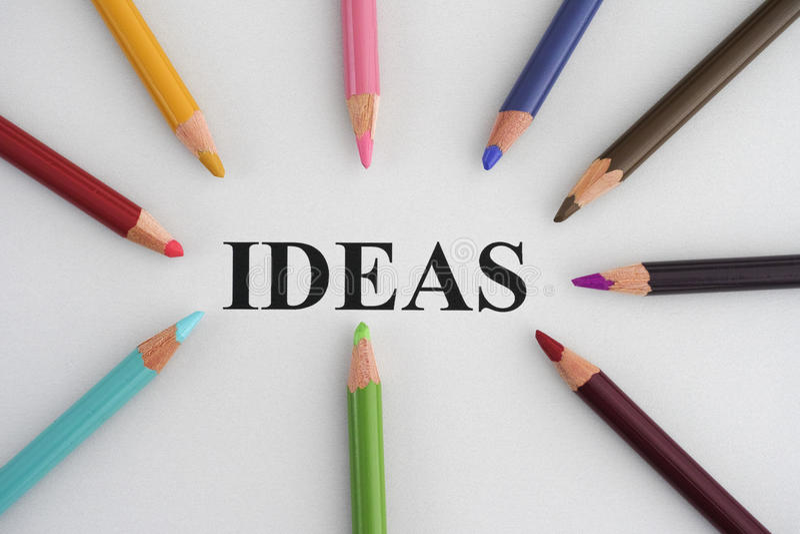 Word Ideeën en kleurrijke potloden royalty-vrije stock foto