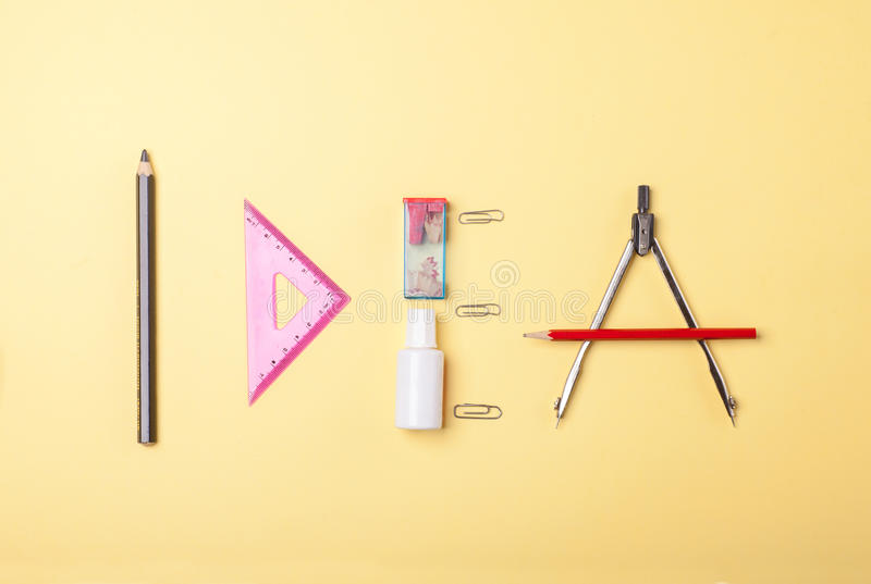Word idee, kantoorbehoeftenvoorwerpen en hulpmiddelen royalty-vrije stock afbeeldingen