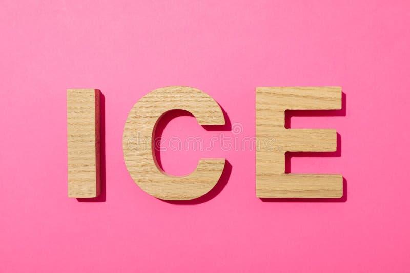 Word Ijs met houten brieven wordt gevoerd die stock afbeeldingen