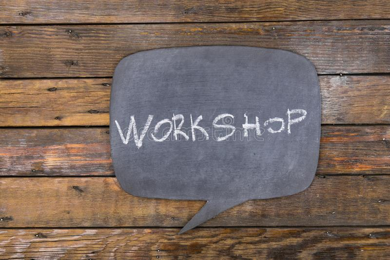 Word, inschrijvingsworkshop die in krijt op een bord wordt geschreven maakte in de vorm van gedachte royalty-vrije stock fotografie