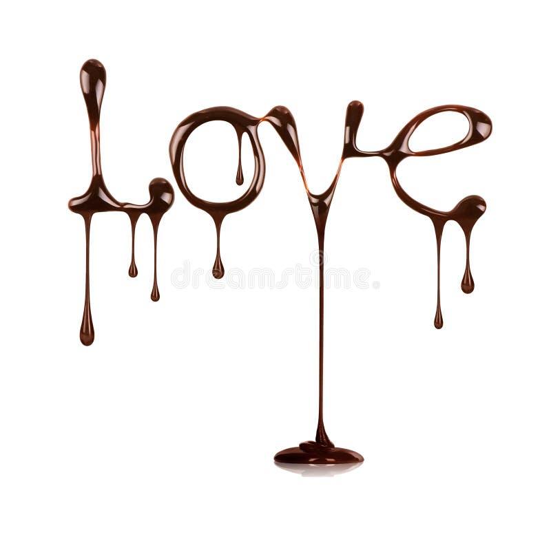 Word Liefde door vloeibare die chocolade wordt, op wit wordt geïsoleerd geschreven dat stock afbeeldingen