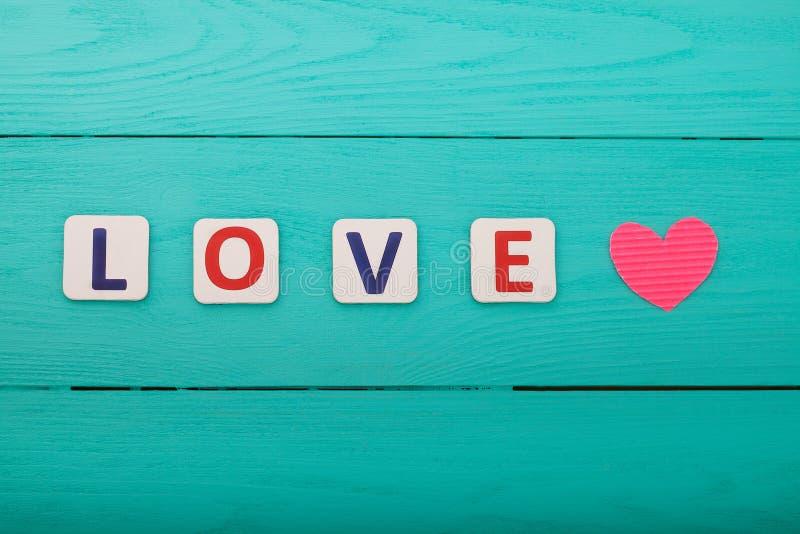 Word liefde op blauwe houten achtergrond Hoogste mening Spot omhoog De ruimte van het exemplaar Valentine-moederdag stock foto's