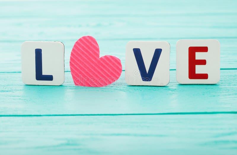Word liefde op blauwe houten achtergrond Selectieve nadruk Moederdag en Valentine De ruimte van het exemplaar royalty-vrije stock foto's