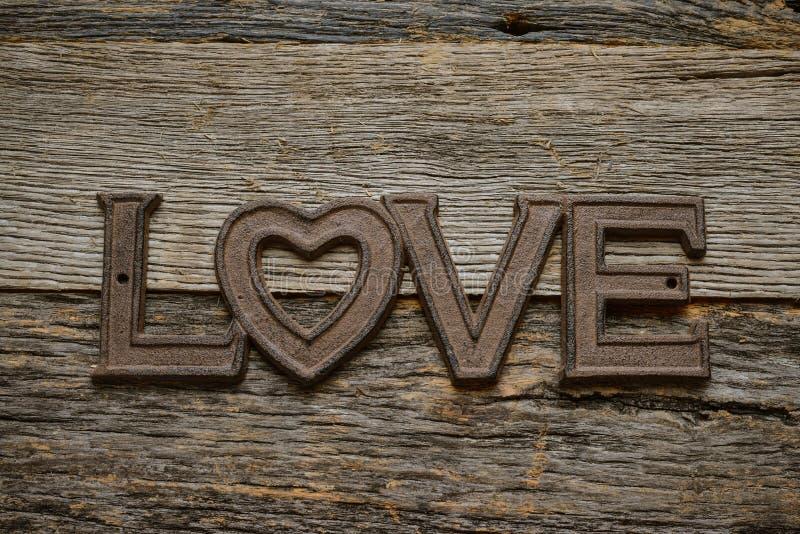 Word Liefde op rustiek hout stock foto's