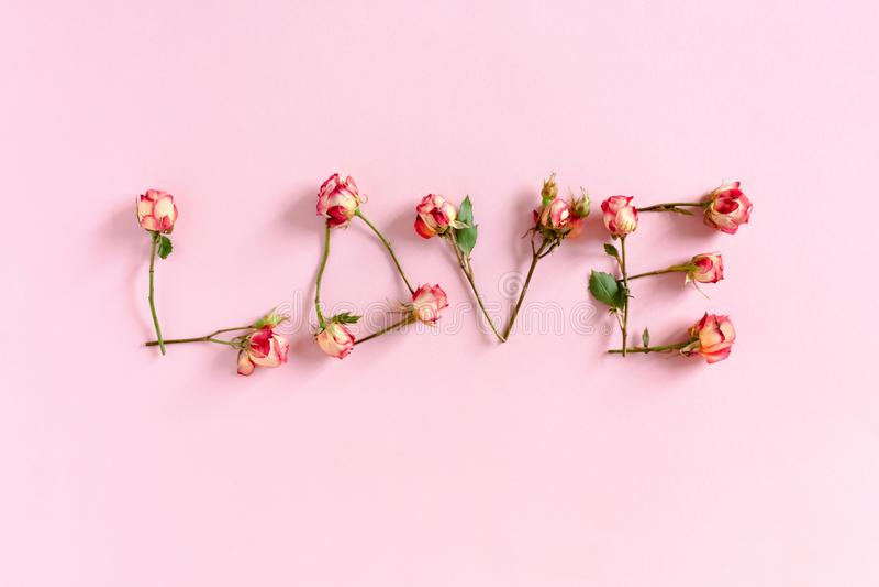 Word Liefde van rozen wordt opgemaakt die royalty-vrije stock foto's