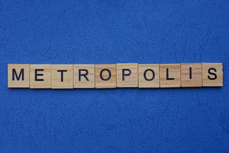 Word metropolis tillverkad av bruna träbokstäver arkivfoto