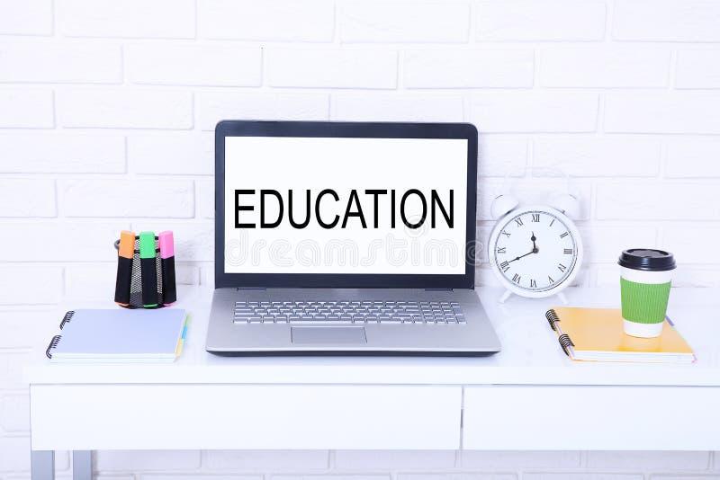 Word onderwijs Tekst op monitor Moderne werkplaats met computer, kop van koffie en klok Spot omhoog en exemplaarruimte stock foto
