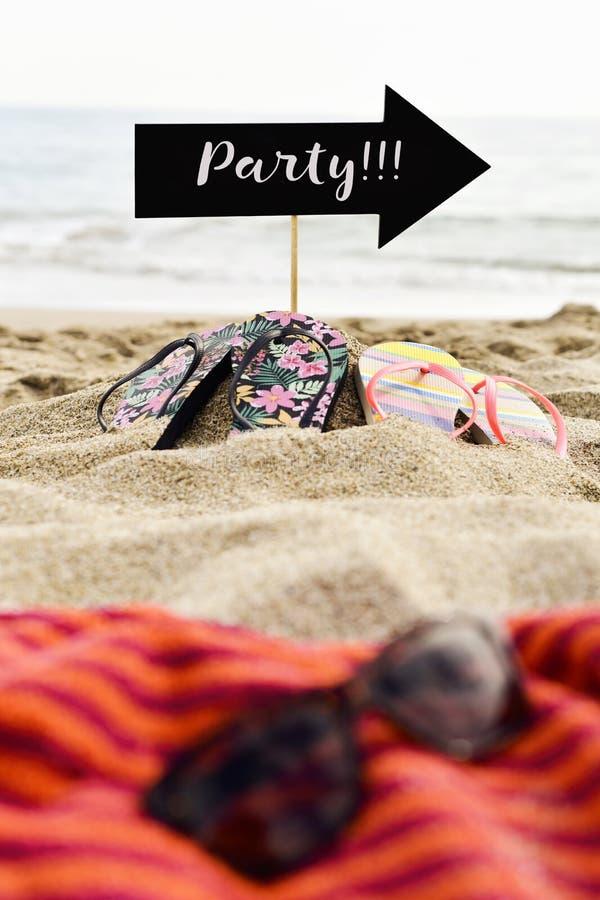 Word partij in pijl-vormig uithangbord op het strand royalty-vrije stock foto's
