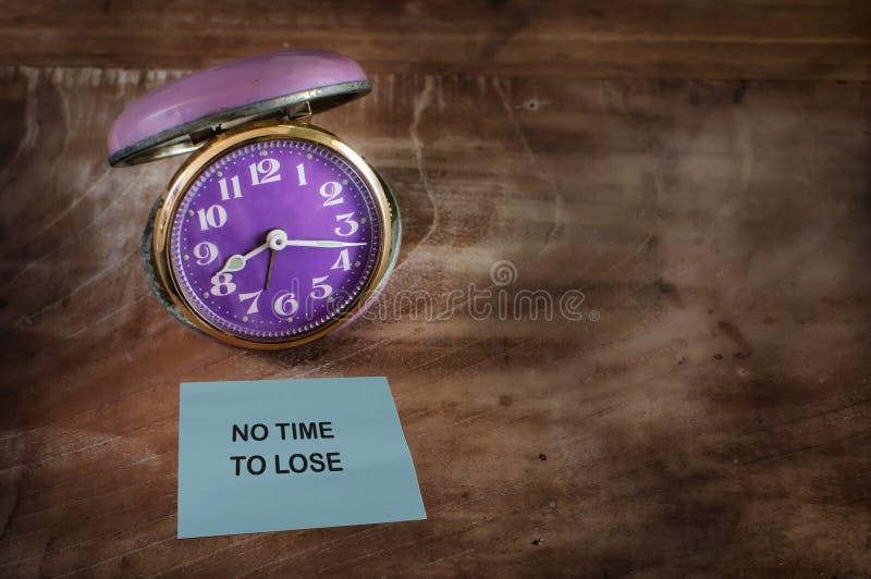 Word sans heure de perdre sur la note collante avec l'horloge image stock