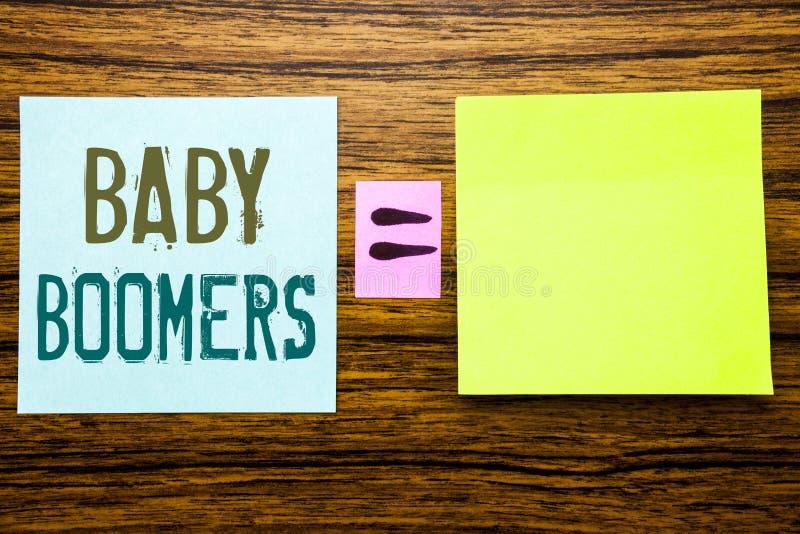 Word, schrijvende Baby Boomers Bedrijfsconcept voor Demografische die Generatie op kleverig notadocument wordt geschreven op hout royalty-vrije stock fotografie