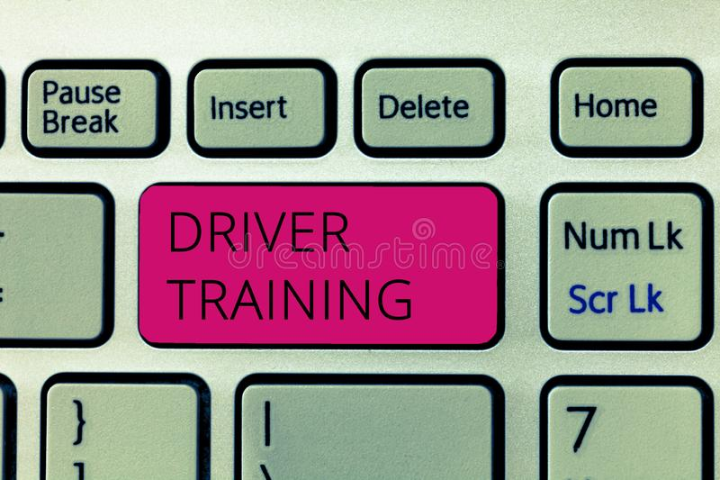 Word schrijvende tekstbestuurder Training Het bedrijfsconcept voor bereidt een nieuwe bestuurder voor om een bestuurders` s vergu royalty-vrije stock afbeeldingen