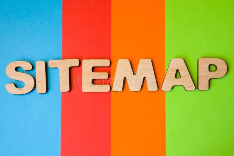 Word Sitemap van grote houten brieven op gekleurde achtergrond van 4 kleuren: blauw, sinaasappel, rood en groen Concept sitemap a royalty-vrije stock afbeelding