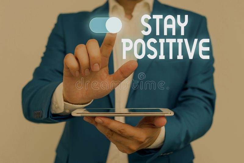 Word-skrivtext förblir positiv Affärskoncept för att aktivera uppmjukning av tankar är optimistiskt och riktigt manligt humant arkivbilder