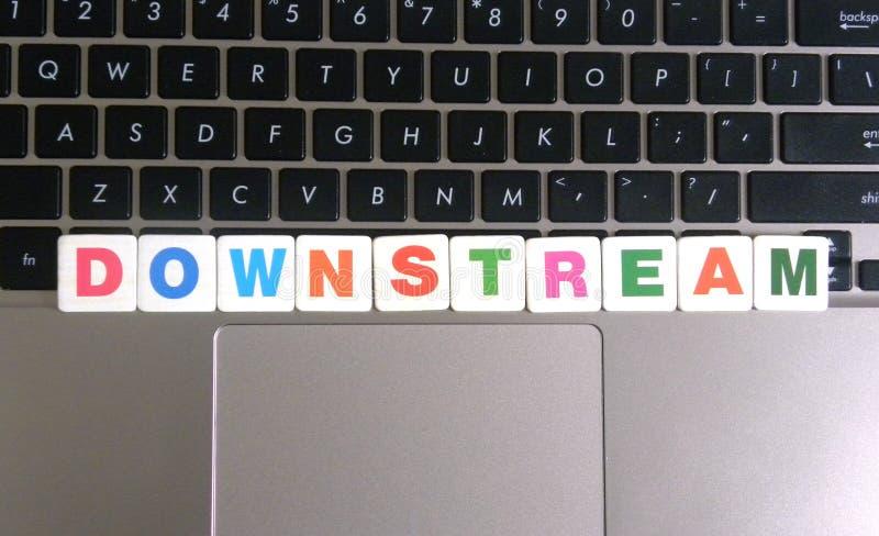 Word stroomafwaarts op toetsenbordachtergrond royalty-vrije stock foto's