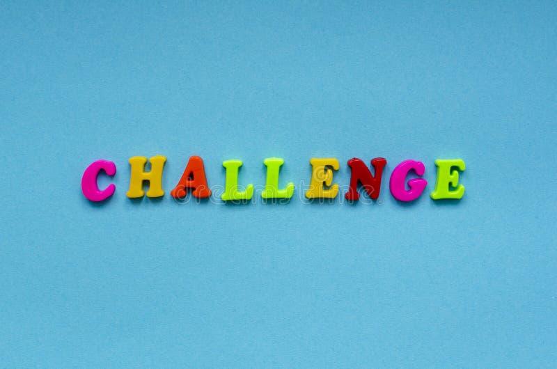 Word ` uitdaging ` van gekleurde plastic magnetische brieven op blauwe document achtergrond royalty-vrije stock afbeelding