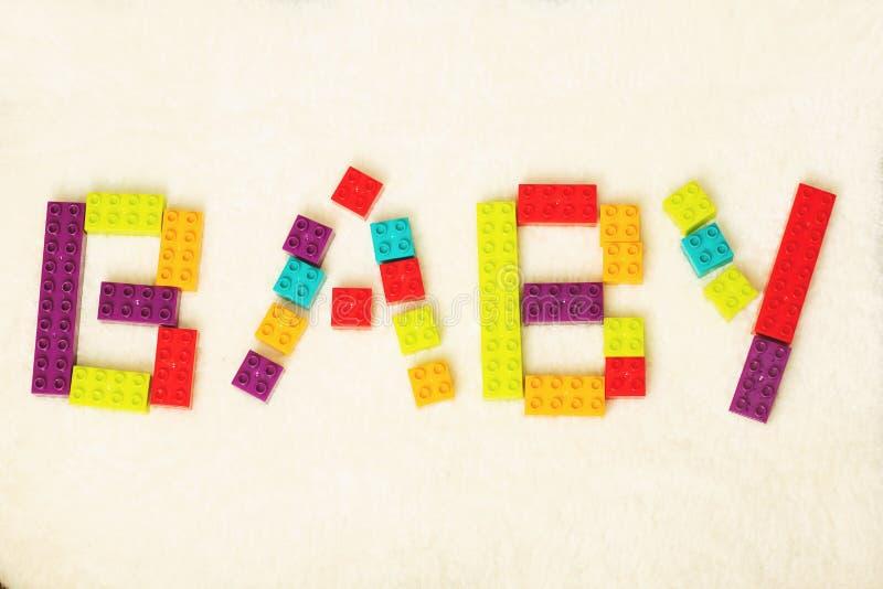 Word van BABY door kleurrijke stuk speelgoed bakstenen gestalte die wordt gegeven die stock foto's