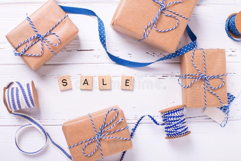 Word verkoop van houten blokken en giftdozen die wordt gemaakt stock foto's