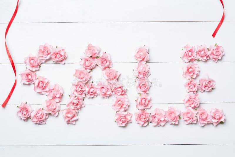 Word Verkoop van roze rozen op witte lijst wordt gemaakt die royalty-vrije stock foto