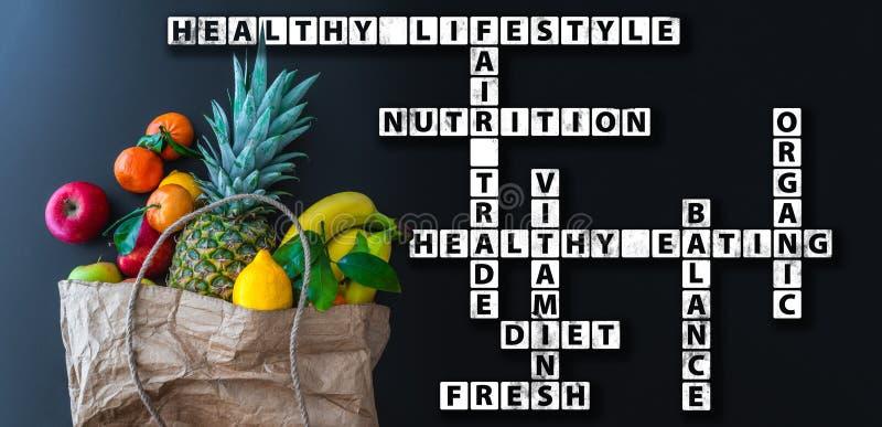 Wordcloud o crucigrama sano de la consumición con la variedad de frutas frescas en bolsa de papel marrón imágenes de archivo libres de regalías